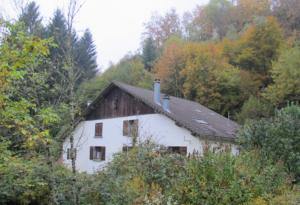 Ein Bauernhaus zwischen bunten Bäumen